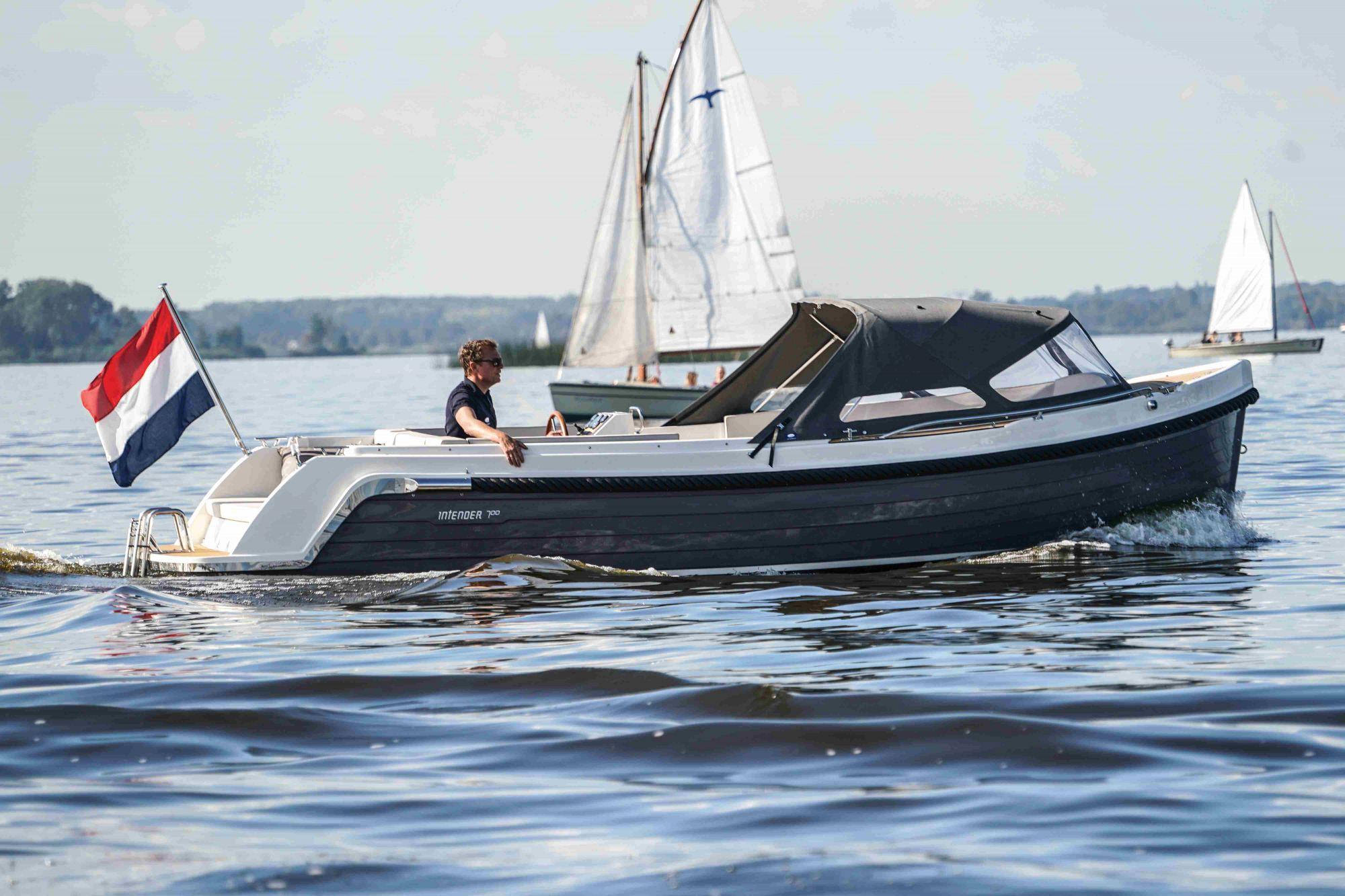 Interboat exposees kielwasser bootshandel